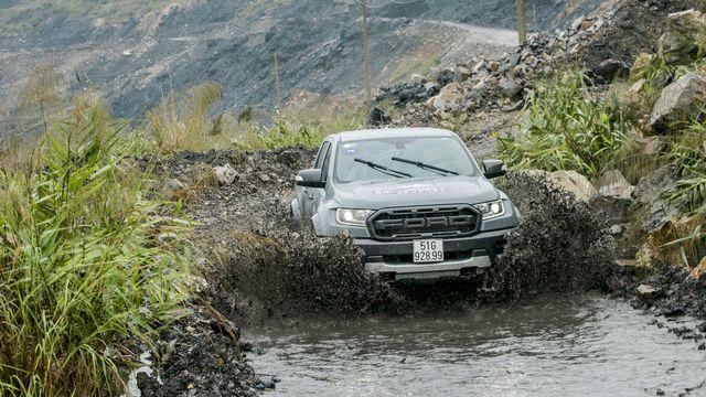Trải nghiệm nhanh Ford Ranger Raptor: Để hiểu vì sao bỏ ra gần 1,5 tỷ đồng