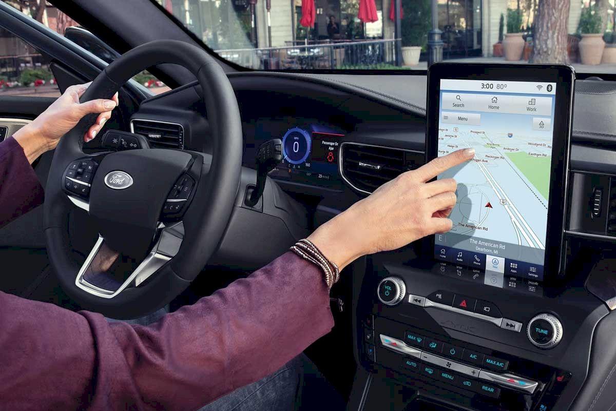 Ford Explorer 2021 Điểm nhấn ở phần bảng táp lô phải kể đến đó chính là vô lăng 3 chấu được bọc da và tích hợp với các nút bấm hiện đại.