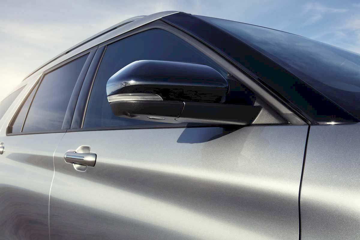 Nhìn từ bên hông, Ford Explorer trông rất cá tính khi có trụ A, ốp gương sơn đen độc đáo