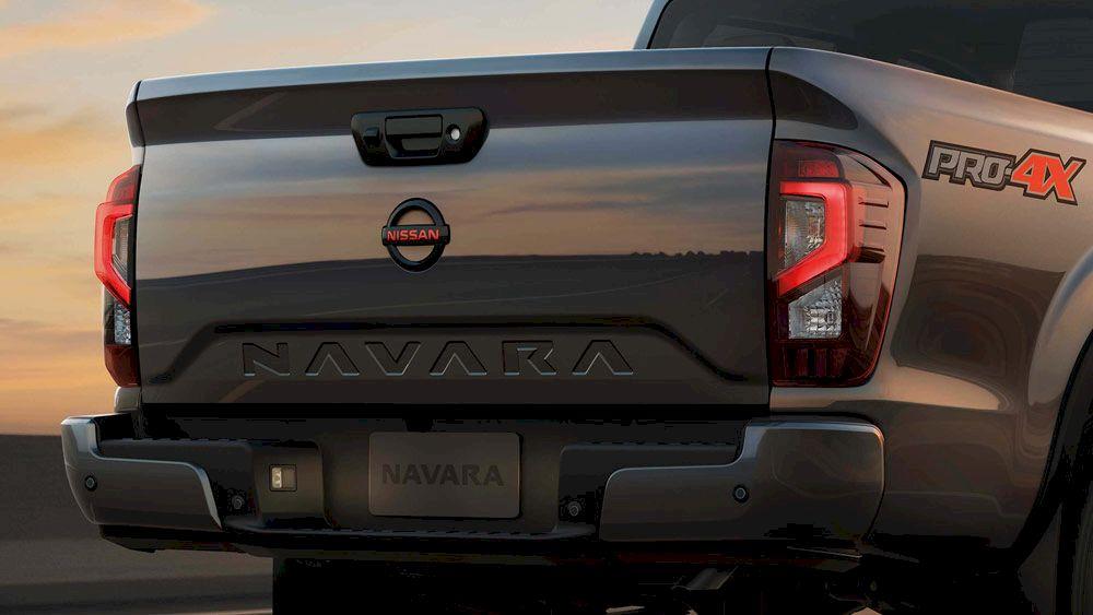 """Nissan Navara Nổi bật nhất ở phần đuôi xe là cụm đèn hậu LED hình chữ """"C"""" và dòng chữ """"NAVARA""""được dập ẩn ở giữa. Hãng xe Nhật Bản còn chu đáo mở rộng bậc thùng giúp người dùng dễ dàng khi bốc/dỡ hàng hoá"""