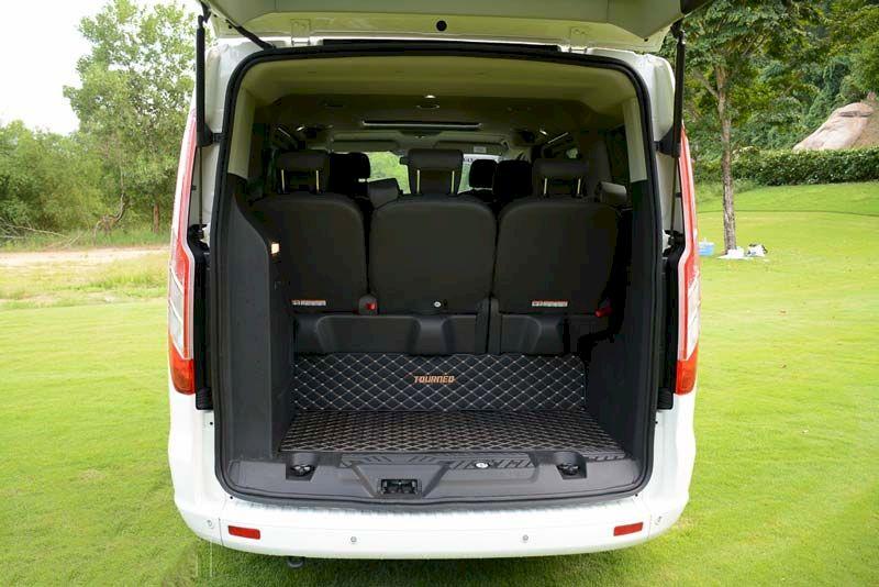 Ford Tourneo có thể gập lại để tăng thêm không gian cho khoang hành lý vốn đã khá rộng để chứa đến 5 cái vali